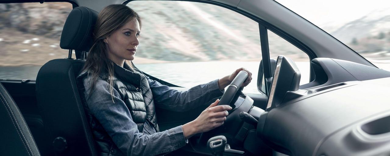 Nuevo PEUGEOT RIFTER – confort interior y mujer al volante